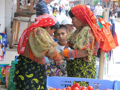 Kuna women shopping in Casco Viejo